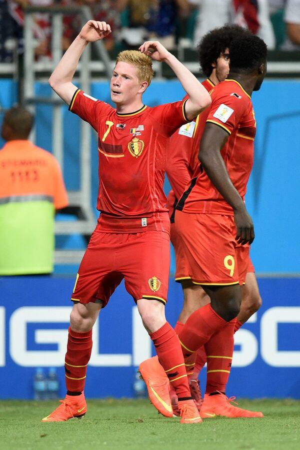Полузащитник сборной Бельгии Кевин Де Брейне радуется забитому мячу.