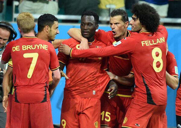 Футболисты сборной Бельгии Кевин Де Брейне, Ромелу Лукаку, Даниэль ван Бюйтен и Маруан Феллайни (слева направо) радуются забитому мячу.