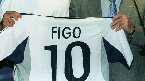 Луиш Фигу на презентации в качестве игрока мадридского Реала