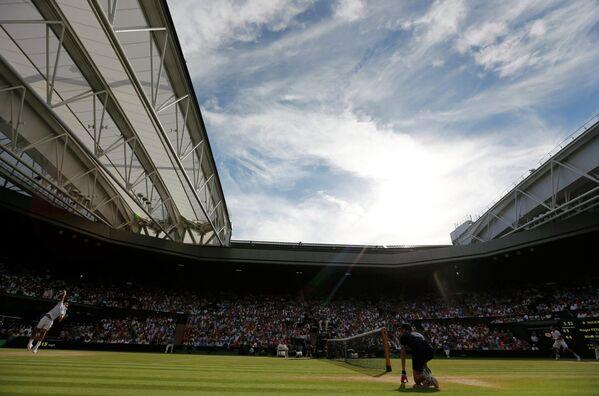 Роджер Федерер во время полуфинального матча Уимблдонского турнира против канадца Милоша Раонича