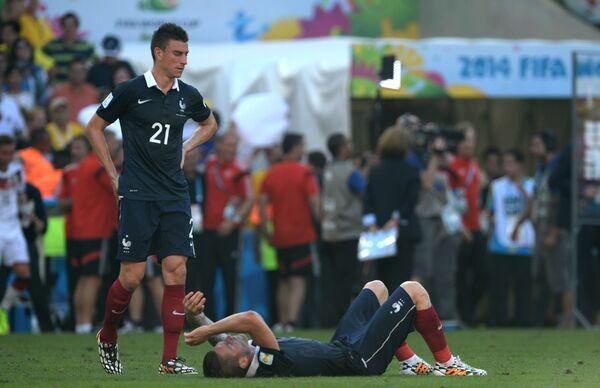 Футболисты сборной Франции Лоран Косельни (вверху) и Матьё Дебюши