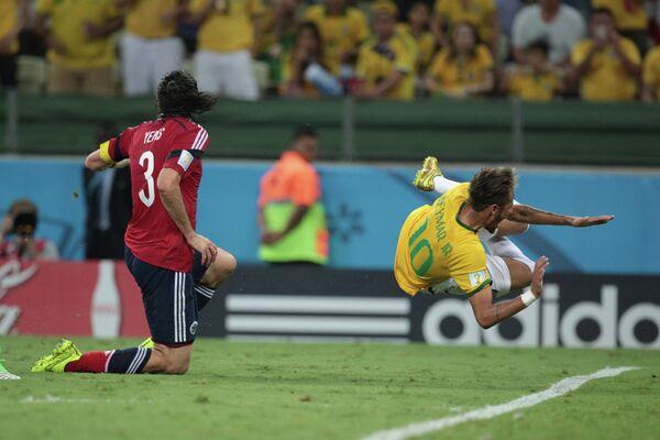 На фото: форвард сборной Бразилии Неймар (справа) и защитник сборной Колумбии Марио Йепес.
