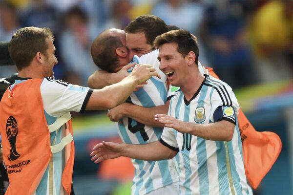 Нападающий сборной Аргентины Лионель Месси (справа)