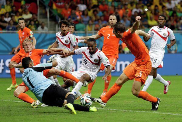 Игровой момент матча Голландия - Коста-Рика