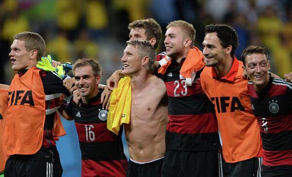 Маттиас Гинтер, Филипп Лам, Томас Мюллер, Бастиан Швайнштайгер, Кристоф Крамер, Матс Хуммельс и Месут Озил (слева направо) радуются победе.
