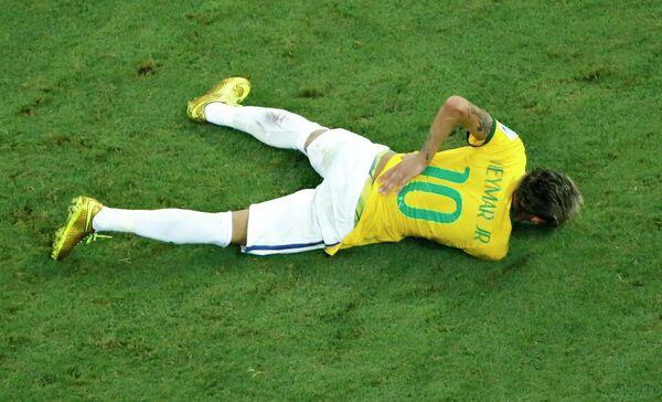 Бразильский форвард Неймар, получивший травму в четвертьфинальном матче ЧМ