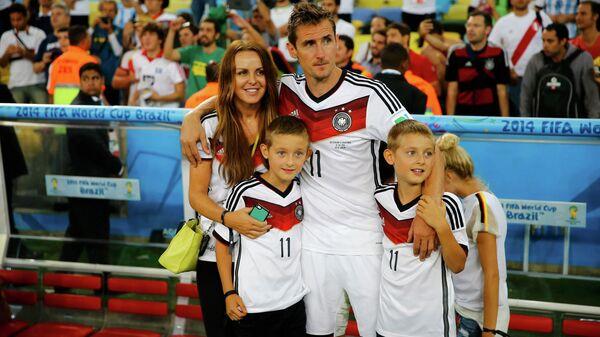 Мирослав Клозе с женой Сильвией  и детьми.