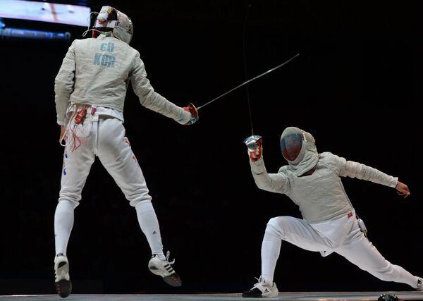 Российский спортсмен Николай Ковалев (справа) и южнокорейский спортсмен Гу Бонгил