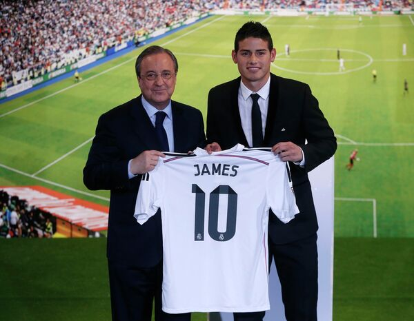 Полузащитник мадридского Реала Хамес Родригес и президент клуба Флорентино Перес (справа налево)