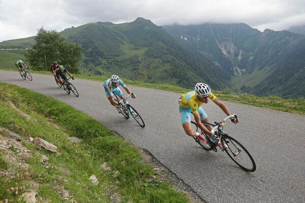 Велогонщик Астаны Винченцо Нибали (крайний справа), Алехандро Вальверде и Лауренс тен Дам на участке семнадцатого этапа Тур де Франс