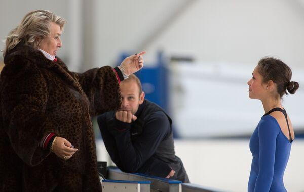 Тренеры Татьяна Тарасова, Максим Завозин и фигуристка Николь Госвияни (справа)