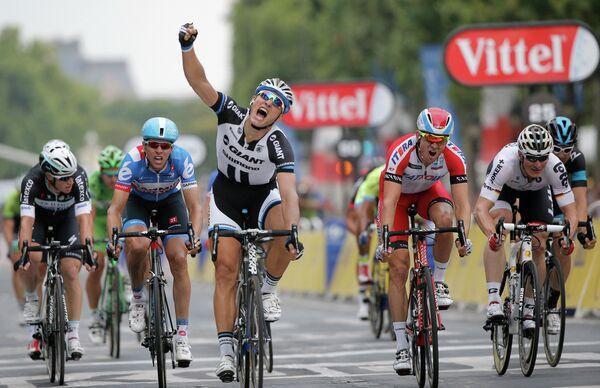 Марсель Киттель из команды Giant-Shimano (в черном) выиграл 21-й этап многодневки Тур де Франс, норвежец Александр Кристофф (в красном) из команды Катюша стал вторым.