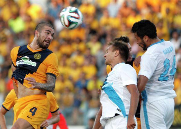 Защитник АЕЛа Валентинос Сиелис (слева) в борьбе с защитниками Зенита Доменико Кришито и Есекьелем Гараем