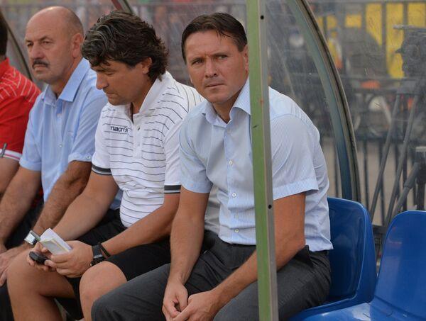 Главный тренер Арсенала Дмитрий Аленичев (справа) и его помощник Дмитрий Ананко (в центре)
