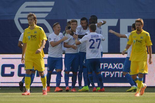 Футболисты ФК Динамо радуются забитому голу в ворота Ростова