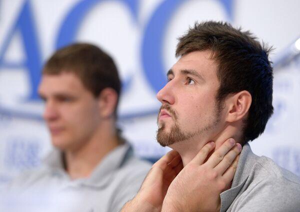 Игроки сборной России по баскетболу Тимофей Мозгов (слева) и Сергей Карасев