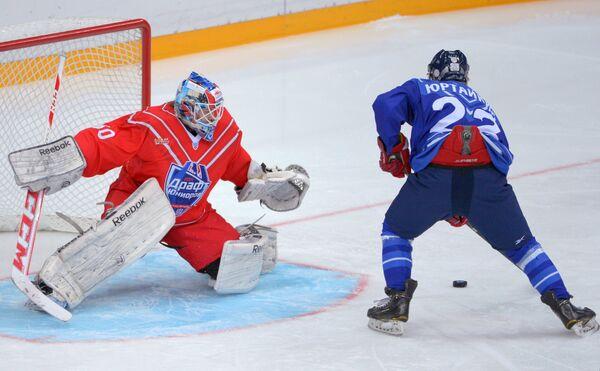 Вратарь сборной Восток Илья Самсонов (слева)