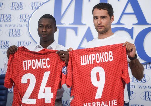 Российский футболист Роман Широков и голландский футболист Квинси Промес (справа налево)
