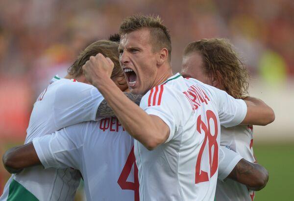 Защитник Локомотива Ян Дюрица вместе с партнерами по команде радуется забитому голу