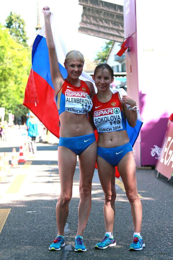 Эльмира Алембекова, завоевавшая золотую медаль (слева) и российская спортсменка Вера Соколова