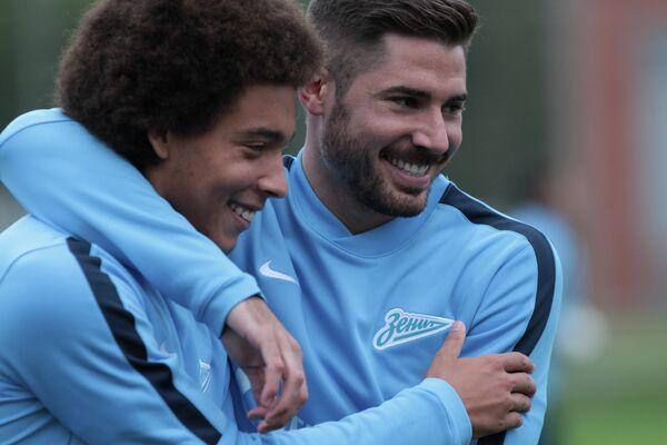 Игроки ФК Зенит (Санкт-Петербург) Аксель Витсель и Хави Гарсия (справа) во время тренировки команды