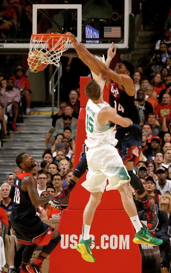 Баскетболист сборной Бразилии Тьяго Сплиттер (слева) и баскетболист сборной США Энтони Дэвис