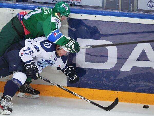 Хоккеист Толпара Владимир Пешкин (слева)