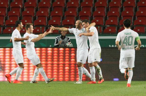 Футболисты Терека радуются голу