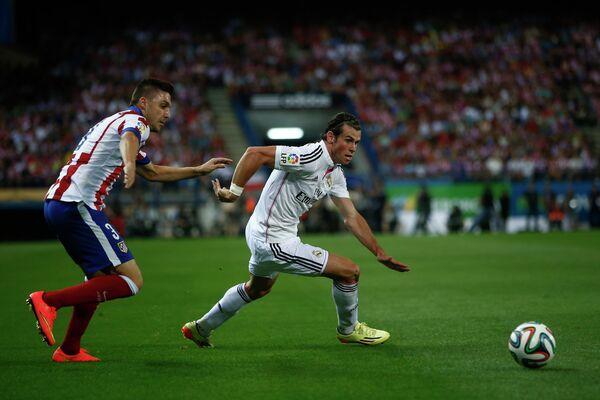 Защитник Атлетико  Гильерме Сикейра и полузащитник Реала Гарет Бейл (справа)
