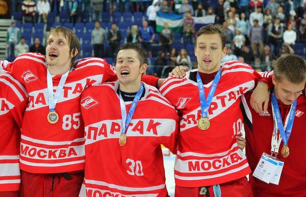 Хоккеисты МХК Спартак (Москва, Россия) Артем Кулешов, Александр Трушков и Никита Соколов (слева направо)