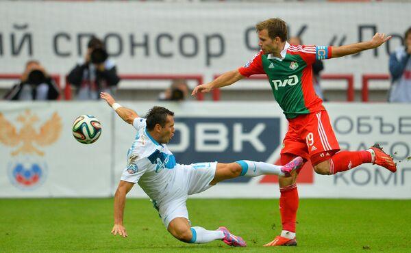 Защитник Локомотива Роман Шишкин (справа)
