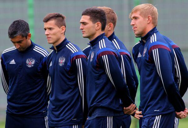 Полузащитник сборной России Александр Самедов, Дмитрий Полоз, Магомед Оздоев, и Юрий Газинский (слева направо)