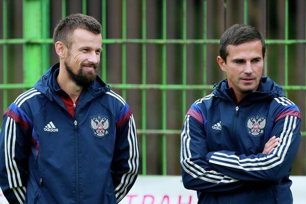 Тренеры сборной России по футболу Сергей Семак (слева) и Игорь Симутенков