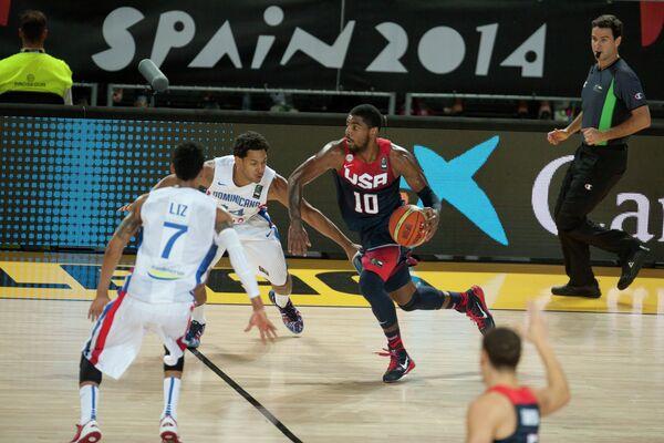 Игровой момент матча США - Доминиканская Республика на чемпионате мира по баскетболу в Испании