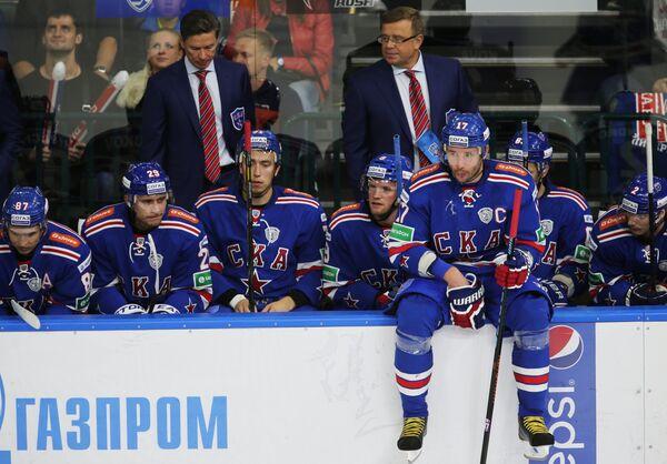 Вячеслав Быков, Игорь Захаркин (на втором плане слева направо) и хоккеисты СКА