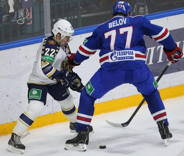 Форвард Сочи Михаил Анисин (слева) и защитник СКА Антон Белов