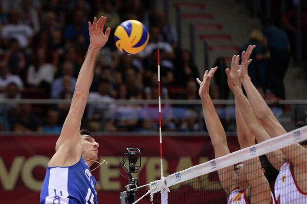 Доигровщик сборной России Дмитрий Ильиных (слева)