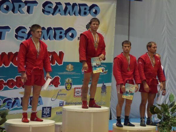 Самбист Юрий Сайфутдинов (по центру).