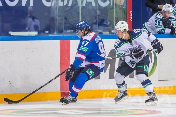 Нападающий ХК Лада Денис Гурьянов в матче против Югры