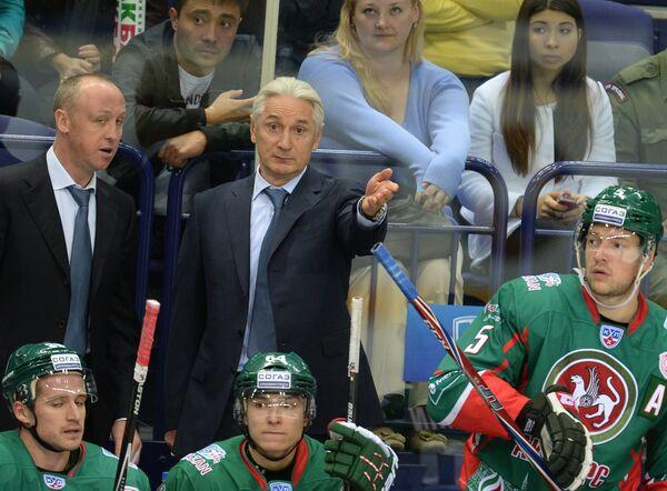 Главный тренер ХК Ак Барс Зинэтула Билялетдинов (в центре) дает указания игрокам своей команды