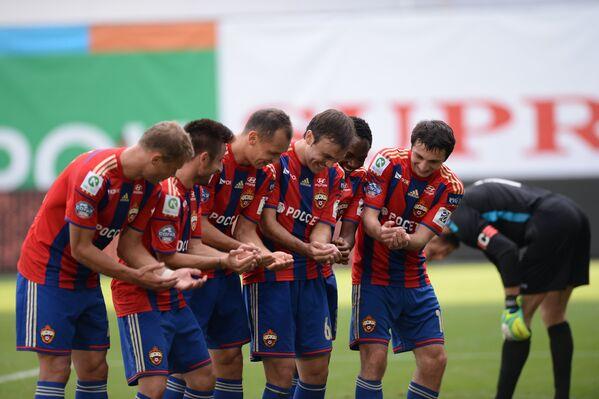 Футболисты ЦСКА празднуют забитый мяч