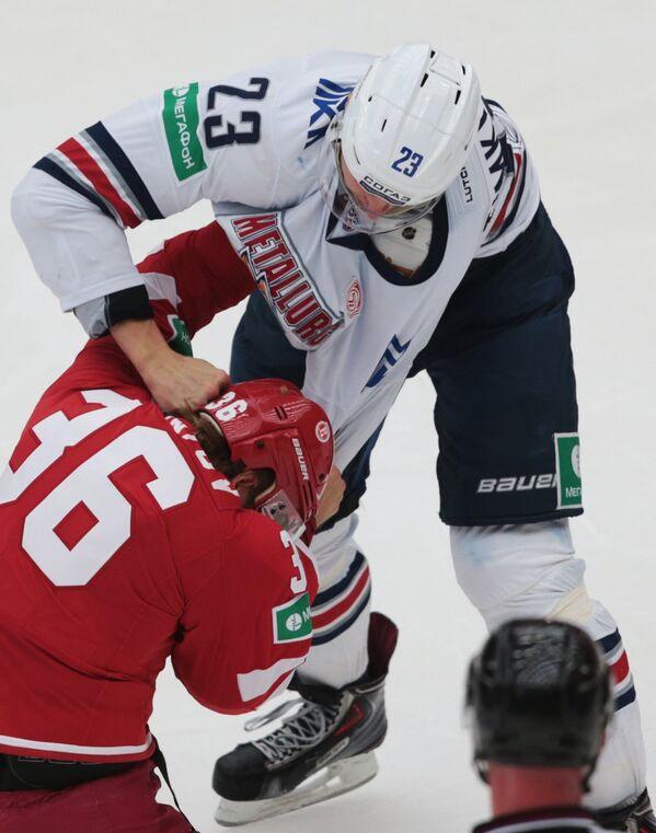 Защитник Витязя Яков Селезнев (слева) и форвард Металлурга Евгений Тимкин