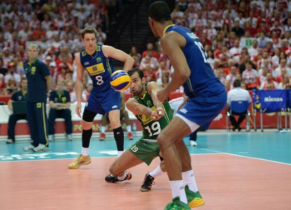Либеро сборной Бразилии Марио Жуниор (второй справа)