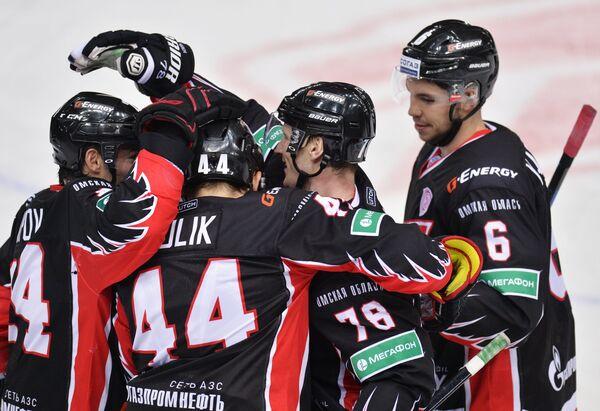 Хоккеисты Авангарда радуются победе над Локомотивом