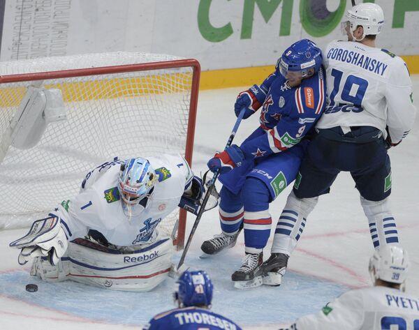 Вратарь Адмирала Иван Налимов, нападающий СКА Тони Мортенссон и нападающий Адмирала Александр Горошанский (слева направо)
