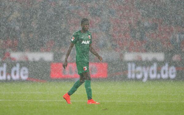 Защитник Аугсбурга Абдул Баба во время матча с Байером