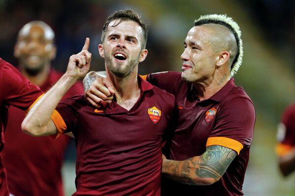 Футболисты Ромы Миралем Пьянич и Раджа Наингголан радуются забитому мячу