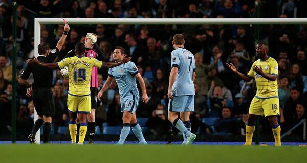 Рефери показывает красную карточку вратарю Шеффилд Уэнсдей Камилю Зайату (крайний справа) в матче против Манчестер Сити