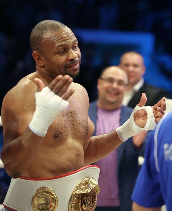 Американский боксер Рой Джонс в поединке против египетского боксера Хани Атийо