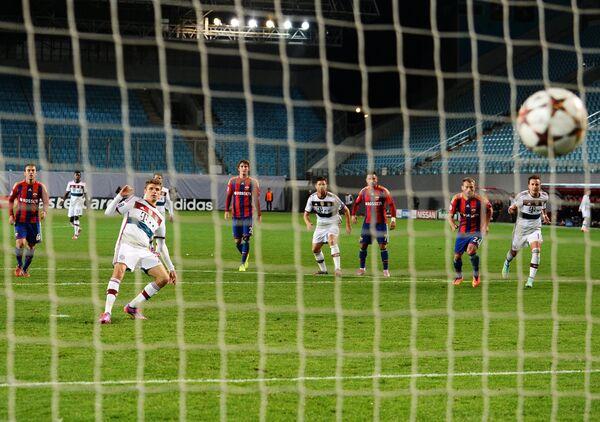 Нападающий Баварии Томас Мюллер (третий слева) забивает гол с пенальти